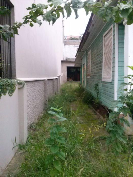 excelente terreno, plano, tem uma casa mista, localização pode ser residencial ou comercial, passa onibus em frente