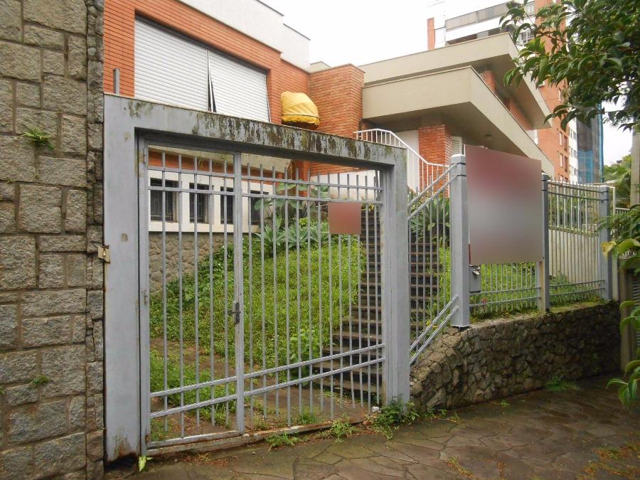 Casa em ótima localização, proximo a rua Mariante, excelente construção, living amplo, lavabo, suite, gabinete, opção para uso comercial.