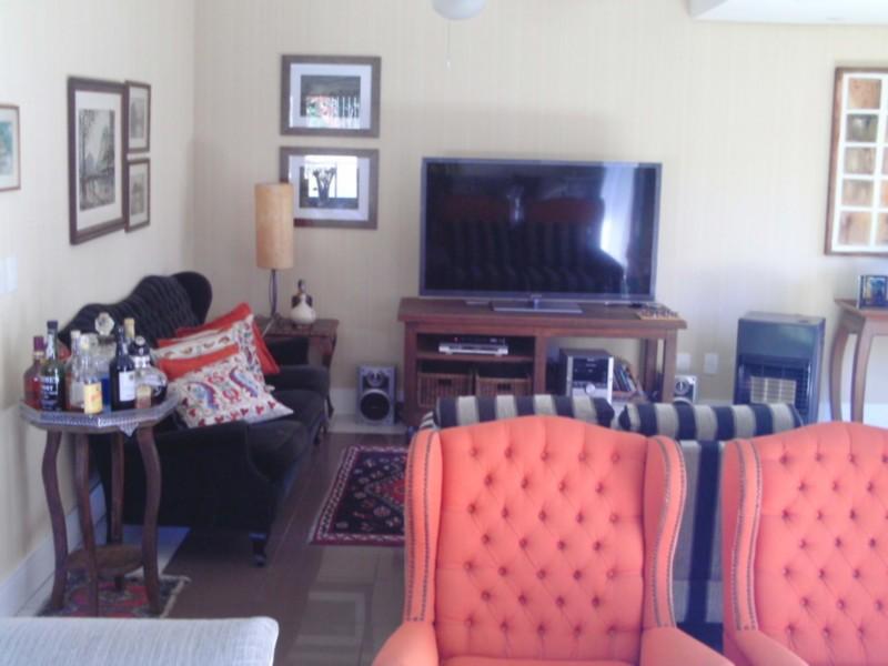 Ótima casa em condomínio fechado, nos altos do Morro Santa Tereza, com vista panorâmica para o Guaíba, 466,46 m de área privativa, living com 3 ambientes, sacadas,  lavabo, gabinete,  no sótão área de lazer com churrasqueira e banheiro social, 3 suítes com closet, sendo a suíte master com hidro, estar íntimo, ampla copa/cozinha, dependência completa, lavanderia, 4 vagas de garagem. Condomínio com jardim, gradil, salão de festas, piscina, estacionamento para visitantes  e portaria 24 horas.