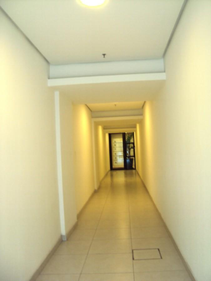 Ótima sala comercial, nova e desocupada, no miolo do Bairro Menino Deus, andar alto, prédio com hall decorado, sala de reuniões, espaço gourmet, sistema de segurança, 2 elevadores, 1 vaga de garagem para 1 veículo.