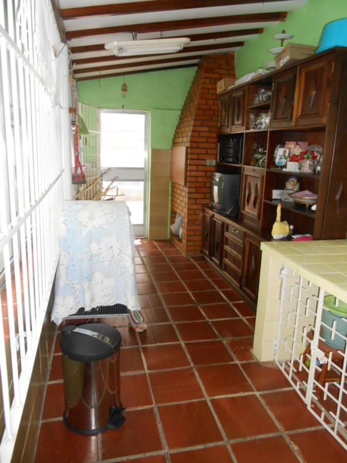 Casa em local tranquilo, 3 dormitórios, 1 suíte, 2  banheiros, cozinha montada, living 2 ambientes, área de serviço e ótimo pátio. Sol dia todo.