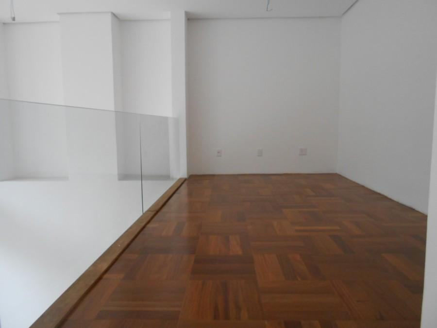 Apartamento estilo LOFT de 2 dormitórios, novo, sendo 1 suíte, fundos, lareira, escada de madeira com armação em aço, ampla sacada com churrasqueira, mezanino.
