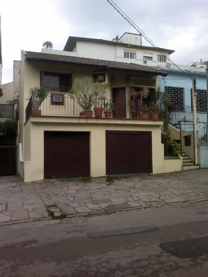 Excelente terreno de 202,40m² em Bairro nobre de Porto Alegre, medindo 8,80m de frente por 23m de extensão, com possibilidade de compra dos dois outros terrenos ao lado, totalizando uma área de 607,20m². Agende sua visita!