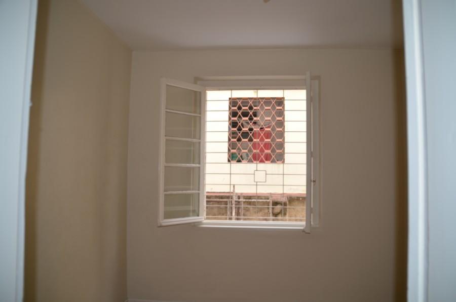 Apartamento de 3 dormitórios , Bairro Auxiliadora, terreo, com uma vaga de garagem. Bem localizado e boa posição solar.