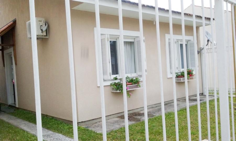 Ótima casa em condomínio com segurança, semi nova, 2 dormitórios, living 2 ambientes, banheiro social, cozinha, churrasqueira e amplo pátio com garagem. Condomínio com salão de festas, playground, piscina adulto e infantil.