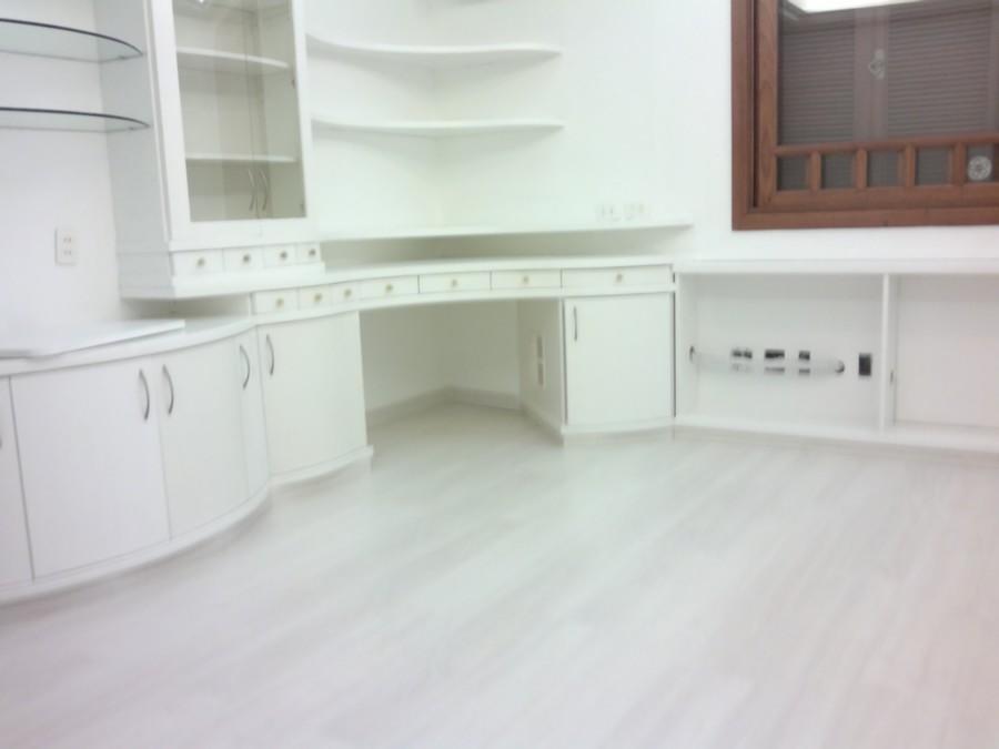 Belíssima  casa em condomínio fechado em Bairro nobre na Cidade de Porto Alegre.Casa de 3 andaes,  amplo living com encantadora lareira com saída para um charmoso pátio.lavabo, 4 dormitórios, sendo 1 suíte master, cozinha, lavanderia, sala de etar no último andar, 4 vagas de garagem ( 2 cobertas internas, 2 descobertas externas).Ensolarada (sol lesteoeste).Condomínio com excelente infra estrutura, com piscia, quadra de tenis, quadra esportiva.