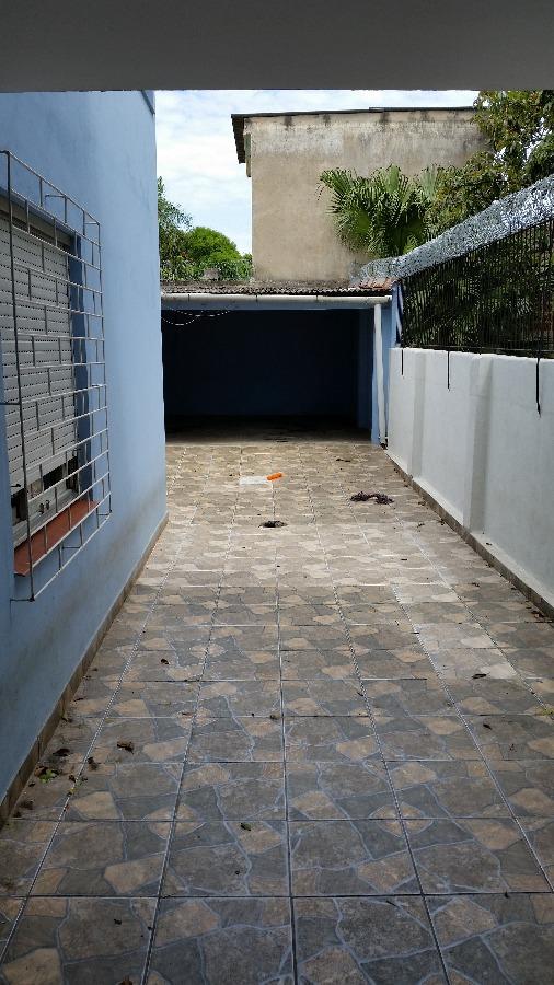Casa com 3 dormitórios, no Bairro Santa Maria Goretti, em Porto Alegre,  living com 2 ambientes, gabinete, lavabo, cozinha, área de serviço, pátio e depósito. Parte superior 3 dormitórios, sendo 1 suíte, um dos dormitórios com sacada e banheiro social. Vaga fechada para dois dormitórios mais estacionamento para mais 2.