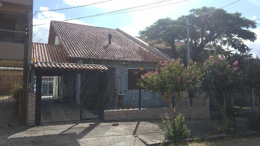 Casa residencial com 4 dormitórios, ou opção para 3 dormitórios com gabinete ou escritório. A casa possui uma suíte, peças amplas, ensolarada, vaga para 6 carros, cozinha com moveis sob medida, e  lareira. Nos fundos há uma área de lazer com churrasqueira. Imóvel localizado no bairro Jardim Itu Sabará, zona norte de Porto Alegre, próxima a todos os recursos do bairro.