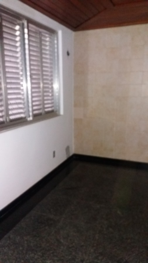 Maravilhosa cobertura, com 3 dormitórios, suíte, amplas salas, com 2 vagas de garagem, no bairro Petrópolis em Porto Alegre.  Prédio com portaria 24hs, em centro de terreno e zeladoria.