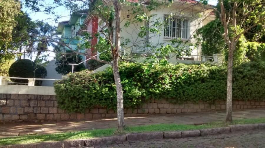 Ótima casa ,muito bem construída ,ampla ,ensolarada e em excelente terreno,arborizado com ótimo jardim ,em área nobre do bairro Petrópolis.