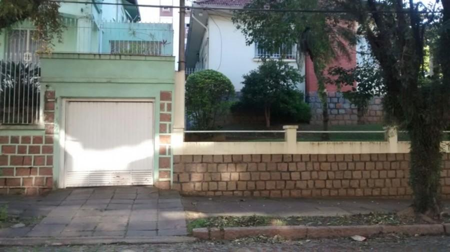 Excelente casa de 2 andares ,muito bem conservada em ótimo terreno ,com muito verde e arborizado ,com  vaga para 2 carros em garagem fechada ,localização nobre no bairro Petrópolis.