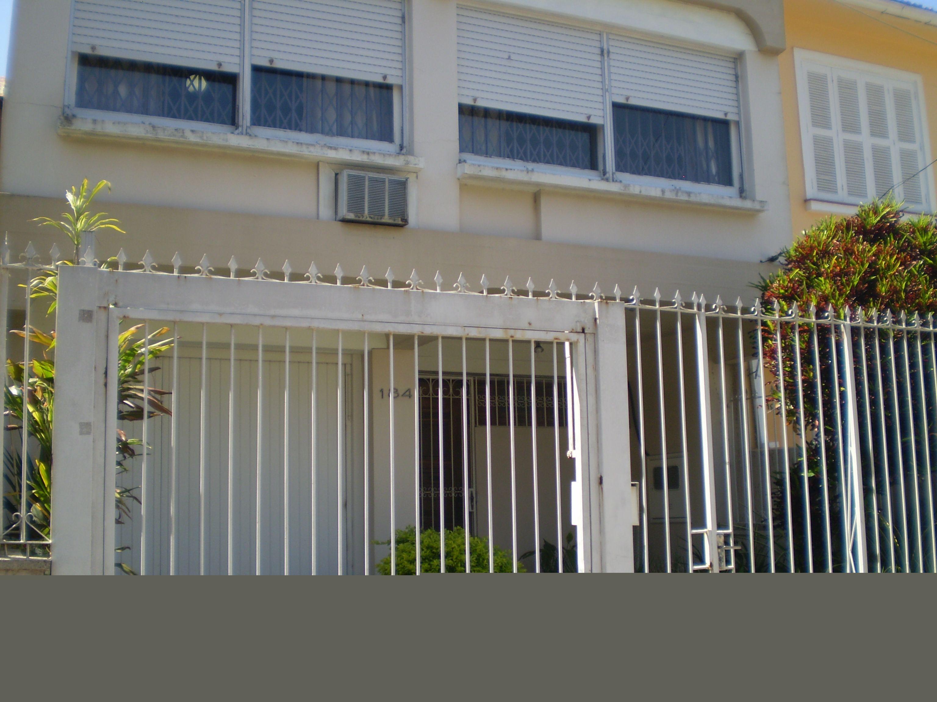 CASA na Rua São Manoel - Rio Branco, Porto Alegre, com 3 DORM C/ 01 SUÍTE E CLOSET, LIVING 02 AMBIENTES, GARAGEM FECHADA PARA 01 CARRO   01 EXTERNA, SALA DE JANTAR, LAVABO, COZINHA MONTADA, DEPENDÊNCIA PARA EMPREGADA    LAVANDERIA, PÁTIO C/ CHURRASQUEIRA.