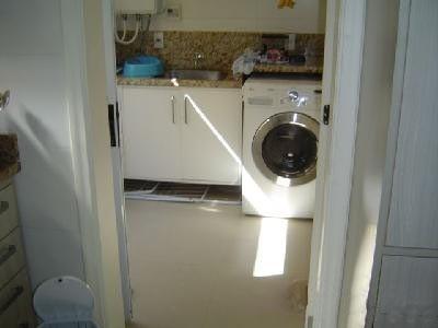 CASA 4 dormitórios em OTIMO estado de conservação,  armários em 4,  4 suites,    closet em 3 dorm,    living c/ 4 ambientes,    c/lareira,   churrasqueira no imóvel,   hall,    lavabo,    gabinete,    estar íntimo,    sala de jantar,   1 banheiro social,    copa/cozinha,    dorm. empregada,    despensa,    wc auxiliar,   área serviço, água quente,    ar condicionado central instalado,   4  ar parede instalado,    - 376 m2 de área privativa   - 376 m2  de área total   - Usado Condomínio Fechado: esquadrias em ALUMÍNIO  c/ gás central,  Jardim,  Gradil,  piscina,  playground,  salão de festas,  salão de jogos,  quadra de esportes,  churrasqueira,  quiosque,  portaria 24h,   - 4 vagas de garagem  - Escriturado   - Imediações: Ipiranga  - construção em: 2008
